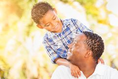 Hijo de la raza mixta y padre Playing Outdoors del afroamericano fotos de archivo libres de regalías