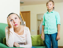 Hijo de mediana edad de la madre y del adolescente después de la pelea Fotografía de archivo libre de regalías