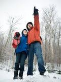 Hijo del padre de la vinculación que disfruta del aire libre en invierno Fotografía de archivo