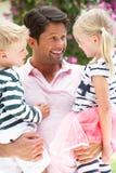 Hijo e hija que llevan del padre al aire libre Imagen de archivo libre de regalías