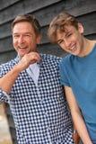 Hijo envejecido centro de risa feliz del padre y del adolescente imagen de archivo