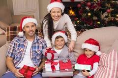 Hijo feliz que abre sus regalos Fotografía de archivo