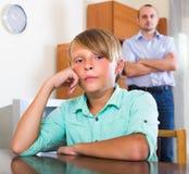 Hijo infeliz que tiene conflicto con el papá Fotografía de archivo