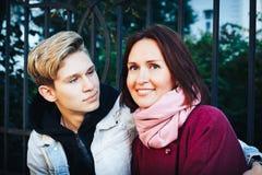Hijo joven de la madre y del adulto al aire libre en un otoño Imágenes de archivo libres de regalías