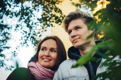 Hijo joven de la madre y del adulto al aire libre en un otoño Fotografía de archivo libre de regalías