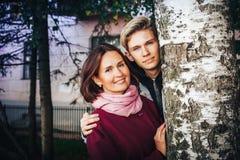 Hijo joven de la madre y del adulto al aire libre en un otoño Fotos de archivo