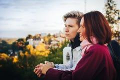 Hijo joven de la madre y del adulto al aire libre en un otoño Imagenes de archivo