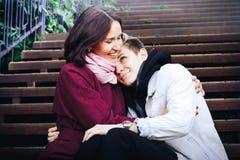 Hijo joven de la madre y del adulto al aire libre en un otoño Imagen de archivo