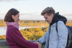 Hijo joven de la madre y del adulto al aire libre en un otoño Imagen de archivo libre de regalías