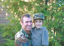 Hijo militar de la explotación agrícola del padre fotografía de archivo