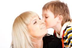 Hijo que besa a la madre Foto de archivo
