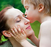 Hijo que besa a su madre Fotos de archivo libres de regalías