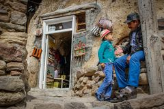 Hijo que juega con su padre en la calle Kandovan fotografía de archivo