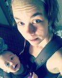 Hijo que lleva del bebé joven de la mamá fotografía de archivo libre de regalías