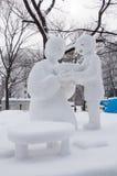 Hijo que proporciona los ramen calientes para la mamá, festival de nieve de Sapporo 2013 Imágenes de archivo libres de regalías