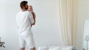 Hijo recién nacido gritador de caricia del bebé del padre irreconocible metrajes