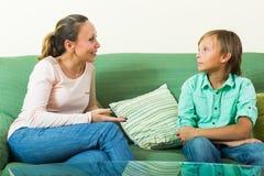 Hijo y madre que tienen hablar serio Foto de archivo libre de regalías