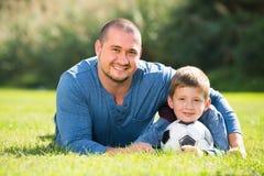 Hijo y padre con la bola del fútbol Fotos de archivo libres de regalías