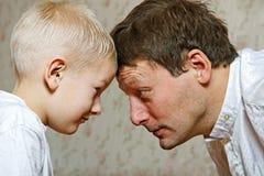 Hijo y padre de la lucha. Imagen de archivo libre de regalías