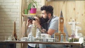 Hijo y padre del muchacho con los edificios de la señal del mundo en miniatura El padre y el hijo están estudiando lugares intere almacen de metraje de vídeo