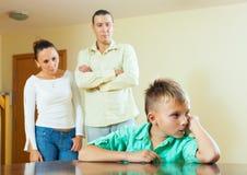 Hijo y padres del adolescente después de la pelea Imagen de archivo