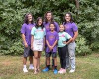 Hijos e hijas de la familia que presentan en Washington Park Arboretum, Seattle, Washington foto de archivo libre de regalías