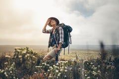 Hiker смотря небо во время ее трека на пасмурный день стоковое изображение rf