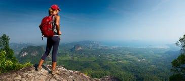 Hiker дамы на горе Стоковые Фотографии RF