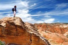 Hiker восхищая взгляды образований песчаника квартиры Yant Стоковое Изображение RF