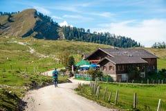 Hiker в австрийских горных вершинах Стоковое Изображение