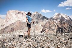 Hiker в высоких горах Стоковые Изображения RF