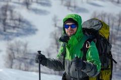 Hiker в горах зимы на солнечный день стоковое изображение rf