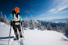 Hiker в горах зимы Стоковая Фотография
