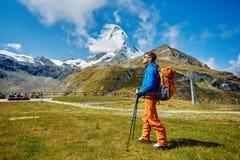 Hiker в горах Стоковое Фото