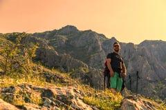 Hiker в горах Стоковые Изображения