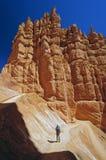 Hiker в красном каньоне утеса в свете утра стоковая фотография rf