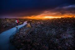 Hiker в кратере национального монумента луны Стоковые Фотографии RF