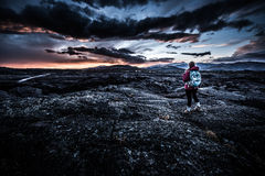 Hiker в кратере национального монумента луны Стоковые Фото