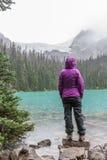 Hiker в дожде на среднем озере Joffre стоковые изображения rf