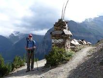 Hiker в осенних Гималаях стоковые фотографии rf