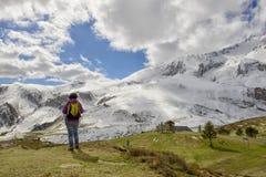 Hiker в Пиренеи весной с снегом, col du Soulor стоковые изображения rf