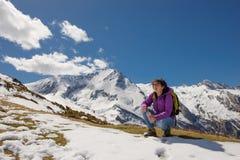Hiker в Пиренеи весной с снегом, col du Soulor стоковое изображение