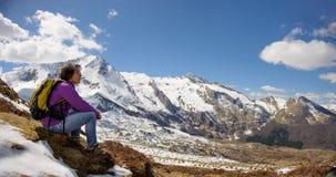 Hiker в Пиренеи весной с снегом, col du Soulor стоковая фотография rf