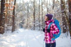 Hiker в спорте, воодушевленности и перемещении леса зимы стоковые фото
