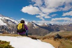 Hiker в французских Пиренеи весной с снегом, col du Soulor стоковые изображения