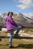 Hiker в французских Пиренеи весной, col du Soulor стоковые изображения rf