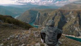Hiker, горы и облака путешественника видеоматериал