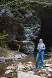 Hiker горы пещерой и заводью Стоковое фото RF