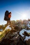 Hiker гуляя в горы осени Стоковые Изображения
