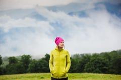Hiker гуляя в горы осени Стоковые Фотографии RF